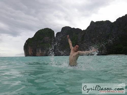 Signature pose in Phi Phi Island... huaaarrgghh!!