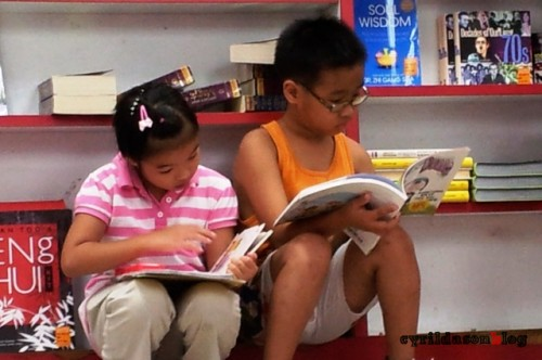 Kids reading at a bookstore without parents asking them to do so. This is the right attitude.